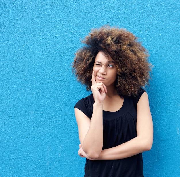 Jovem mulher afro pensando