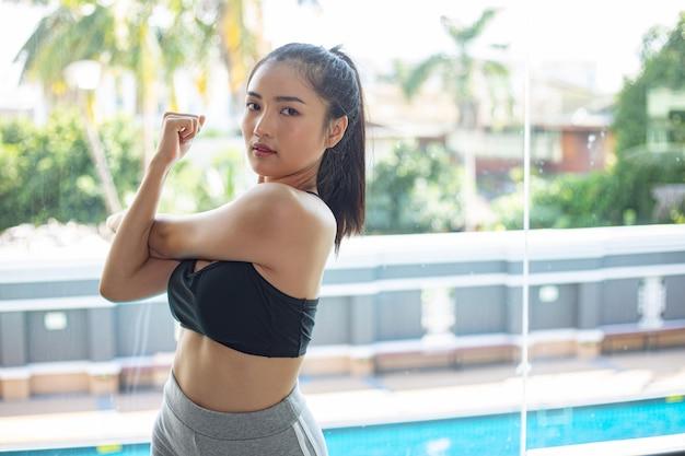 Jovem mulher alongamento e aquecimento para um treinamento