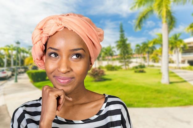 Jovem, mulher americana africana, pensando