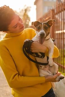 Jovem mulher apaixonada por seu animal de estimação