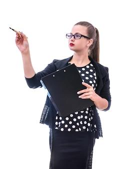 Jovem mulher apontando com uma caneta isolada no branco