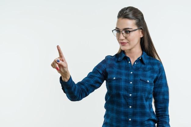 Jovem mulher apontando o dedo na luz de fundo abstrato