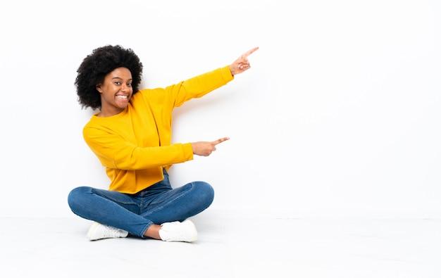 Jovem mulher apontando o dedo para o lado