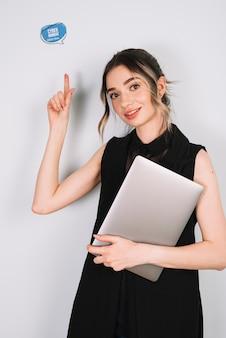 Jovem mulher apontando para sinal de cyber segunda-feira