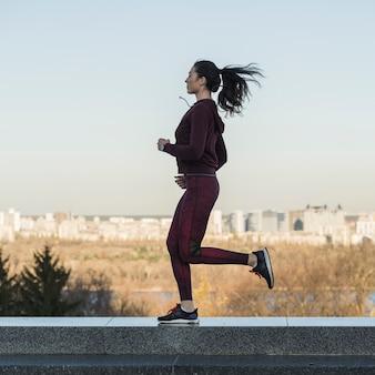 Jovem mulher apta que treina ao ar livre