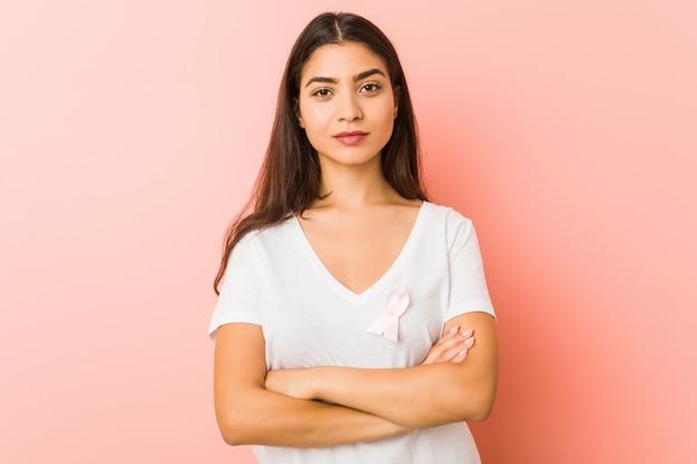 Jovem mulher árabe com um laço rosa. conceito de luta contra o câncer.