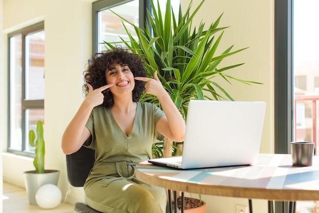 Jovem mulher árabe relaxando em casa