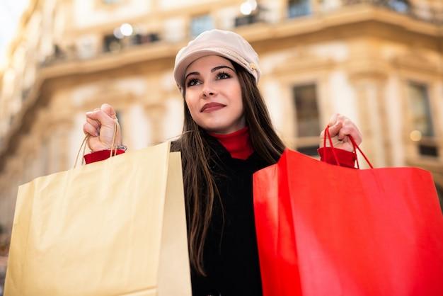 Jovem mulher às compras a sorrir
