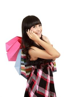 Jovem mulher às compras e chamando seus amigos