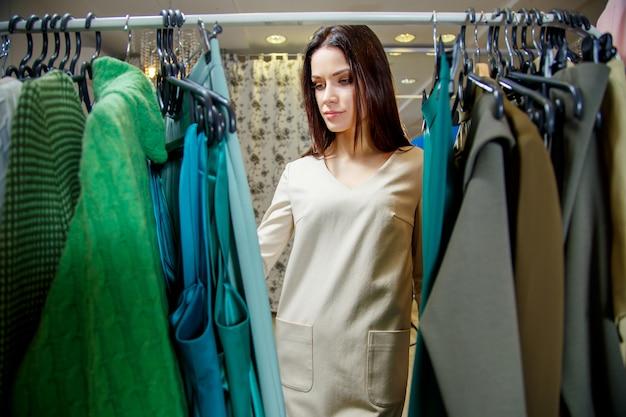 Jovem mulher às compras em uma loja de roupas