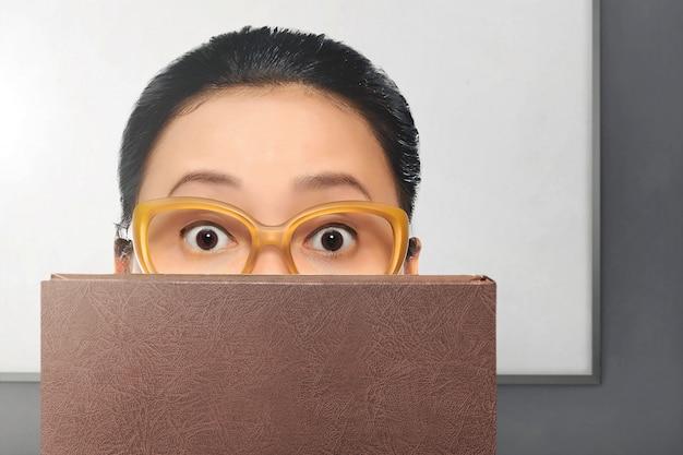 Jovem, mulher asian, com, óculos