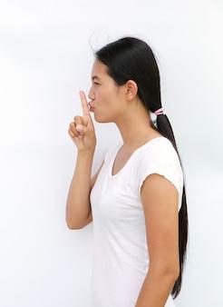 Jovem, mulher asian, em, t-shirt, mostrando, expressão, a, silêncio, sinal