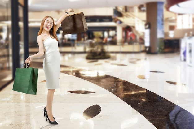 Jovem, mulher asian, em, vestido branco, shopping, em, centro comercial