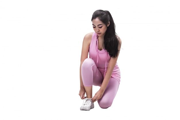 Jovem, mulher asian, laçando, dela, sapatos, antes de, executando
