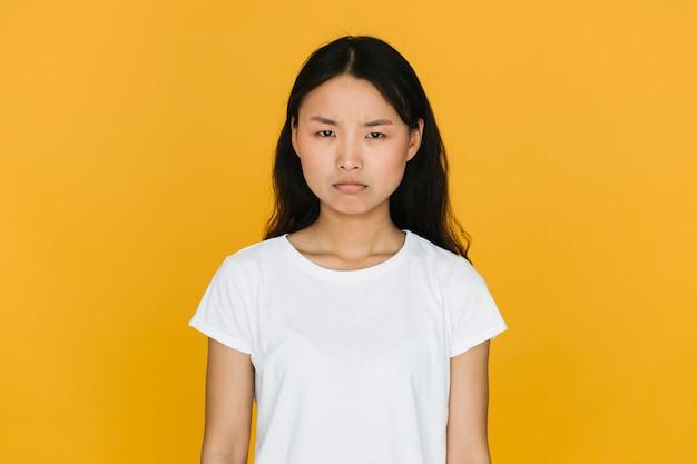 Jovem, mulher asian, sendo, zangado