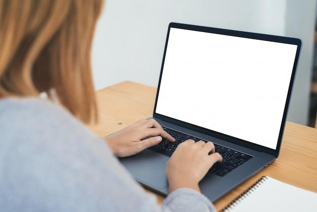 Jovem, mulher asian, trabalhando, usando, e, digitando, ligado, laptop, com, zombar, cima, em branco, tela