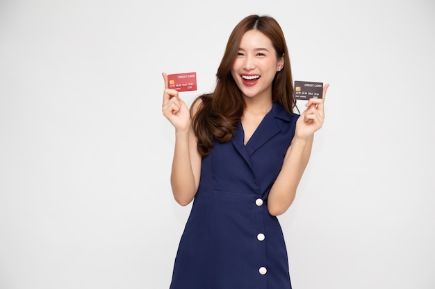 Jovem mulher asiática bonita apresentando cartões de crédito