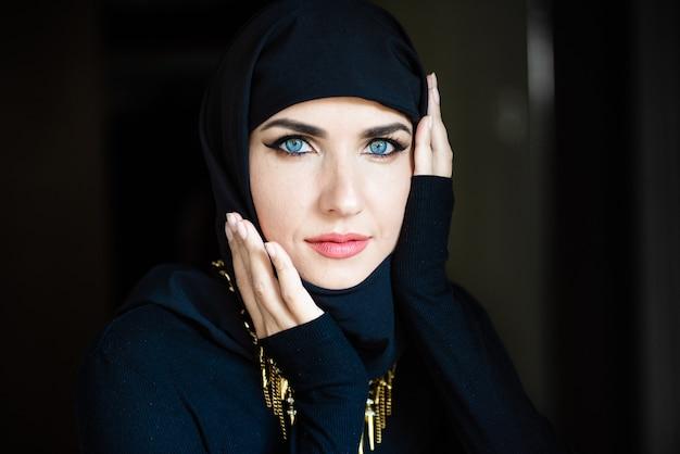 Jovem mulher asiática com lenço na cabeça sorrindo. linda mulher do oriente médio usando abaya arabian