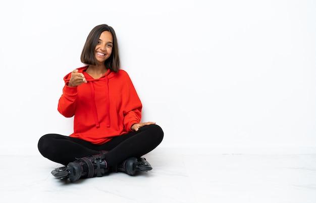 Jovem mulher asiática com patins no chão apertando as mãos para fechar um bom negócio
