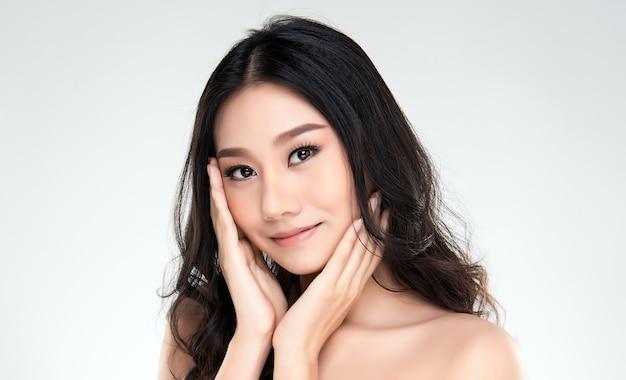 Jovem mulher asiática com pele limpa do rosto.