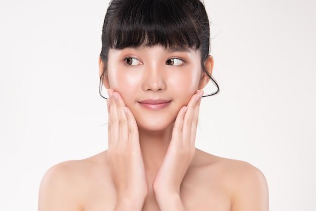 Jovem mulher asiática com pele limpa e fresca