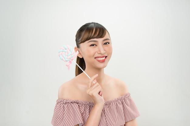 Jovem mulher asiática com pirulito