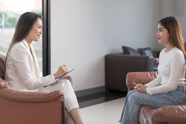 Jovem mulher asiática com problema de saúde mental encontrar psicólogo para consultar e terapia mental. psicologia e conceito de terapia mental