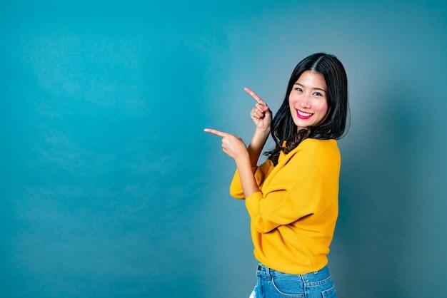 Jovem mulher asiática com rosto animado de lado em azul