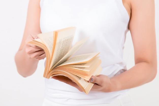 Jovem mulher asiática com um livro. isolado no fundo branco iluminação de estúdio. conceito de educação