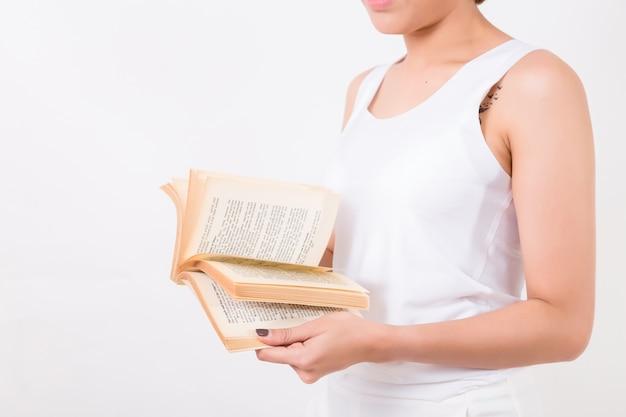 Jovem mulher asiática com um livro. isolado no fundo branco. iluminação de estúdio. conceito para a educação