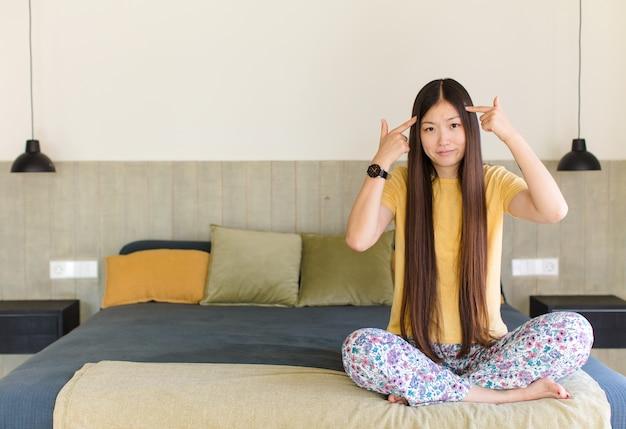 Jovem mulher asiática com um olhar sério e concentrado