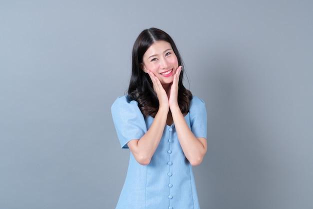 Jovem mulher asiática com uma cara feliz e sorridente