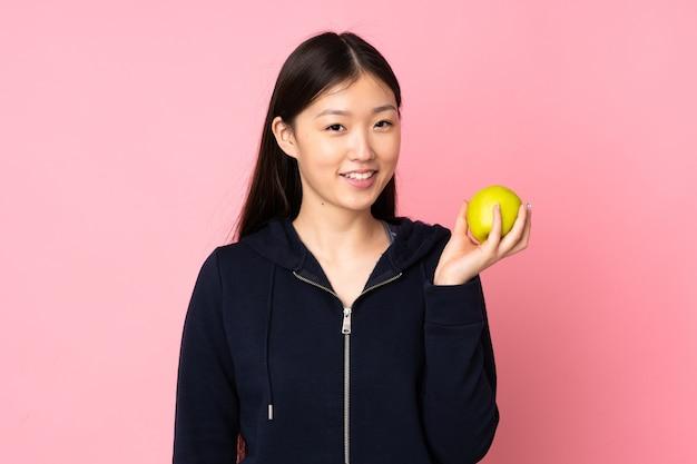 Jovem mulher asiática com uma maçã