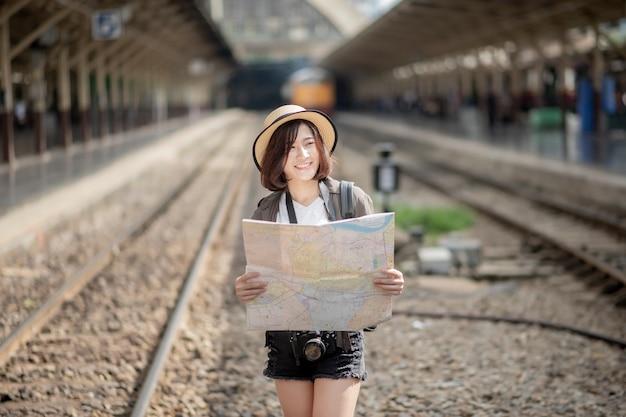 Jovem mulher asiática de viagens está desfrutando com belo lugar em bangkok, tailândia