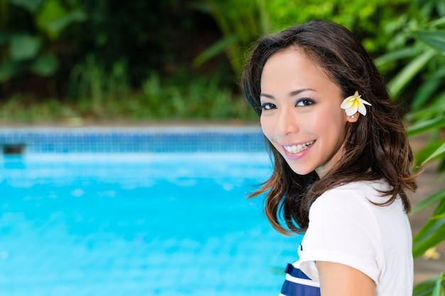 Jovem mulher asiática em ambiente exótico