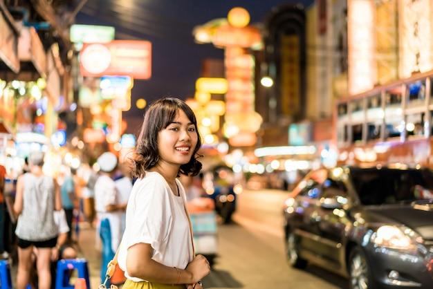 Jovem mulher asiática em chinatown em bangkok