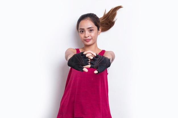 Jovem mulher asiática esportiva fazendo alongamento em fundo branco