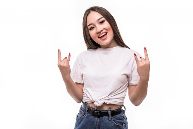 Jovem mulher asiática fazendo o símbolo do rock com as mãos