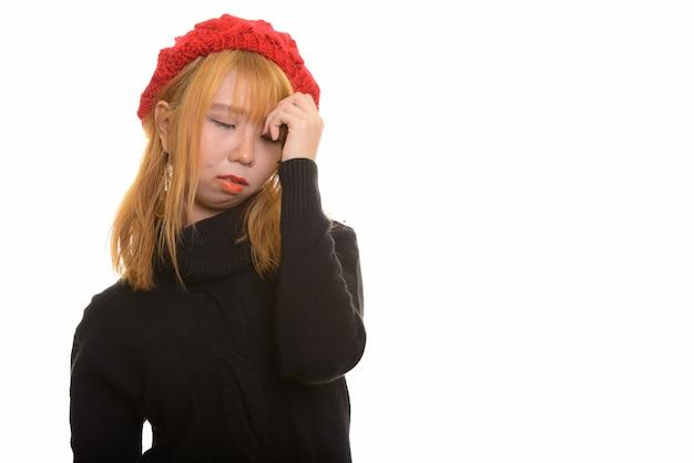 Jovem mulher asiática fofa com dor de cabeça e estressada
