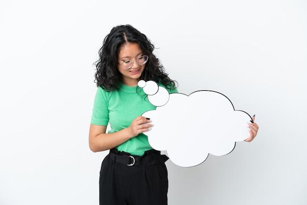Jovem mulher asiática isolada no fundo branco segurando um balão de pensamento