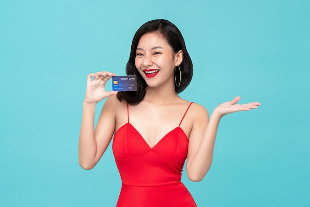 Jovem, mulher asiática, mostrando, cartão crédito