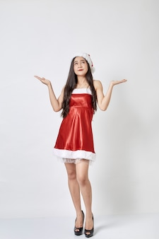 Jovem mulher asiática no chapéu de papai noel em branco