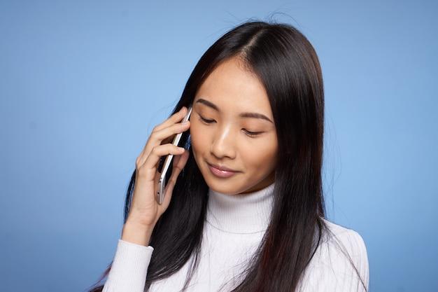 Jovem mulher asiática posando azul, emoções diferentes, mock up