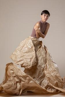 Jovem mulher asiática posando com roupas de outono