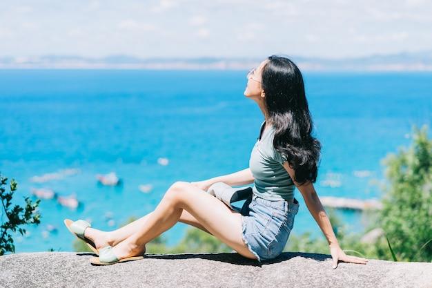 Jovem mulher asiática relaxando no verão