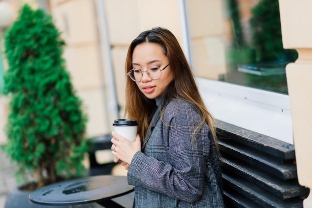 Jovem mulher asiática, retrato de rosto triste na cidade à noite