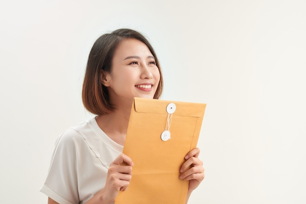 Jovem mulher asiática segurando envelopes de documentos para candidatura a emprego