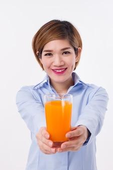 Jovem mulher asiática segurando um copo