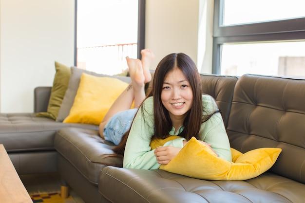 Jovem mulher asiática sentindo-se ansiosa, doente, doente e infeliz, com uma forte dor de estômago ou gripe