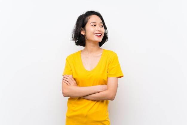 Jovem mulher asiática sobre o fundo branco isolado feliz e sorrindo